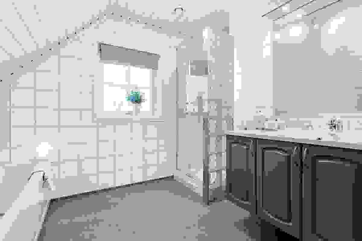 Bad i 2. etasje, med nye fliser