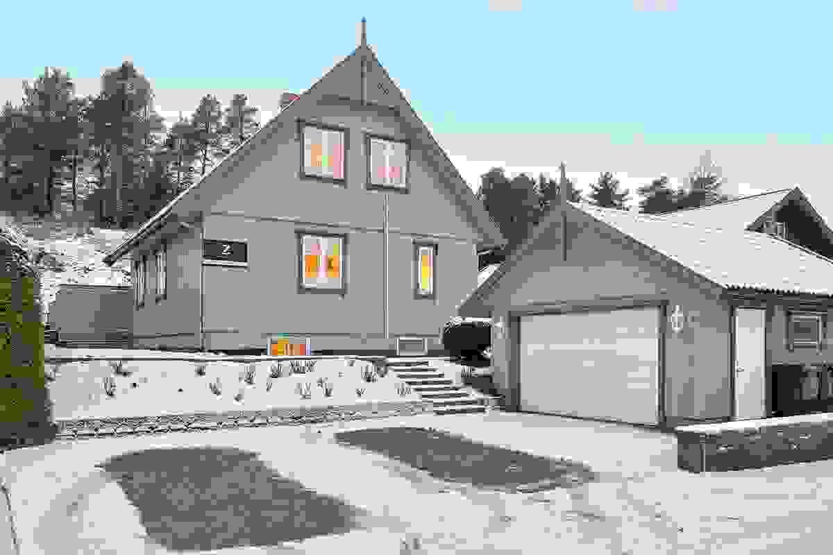 Flott fasade og praktisk garasje med automatisk portåpner