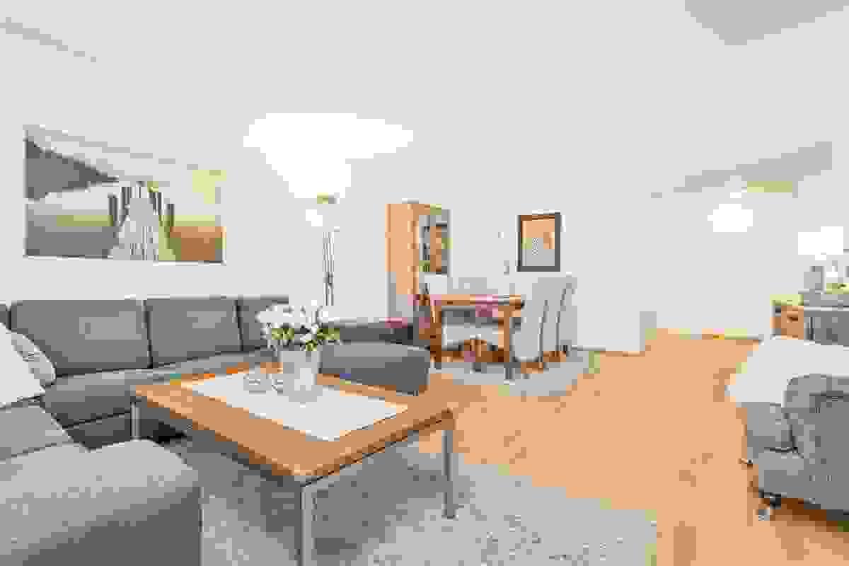 Gjennomgående, lys og tiltalende leilighet som gir et godt inntrykk.