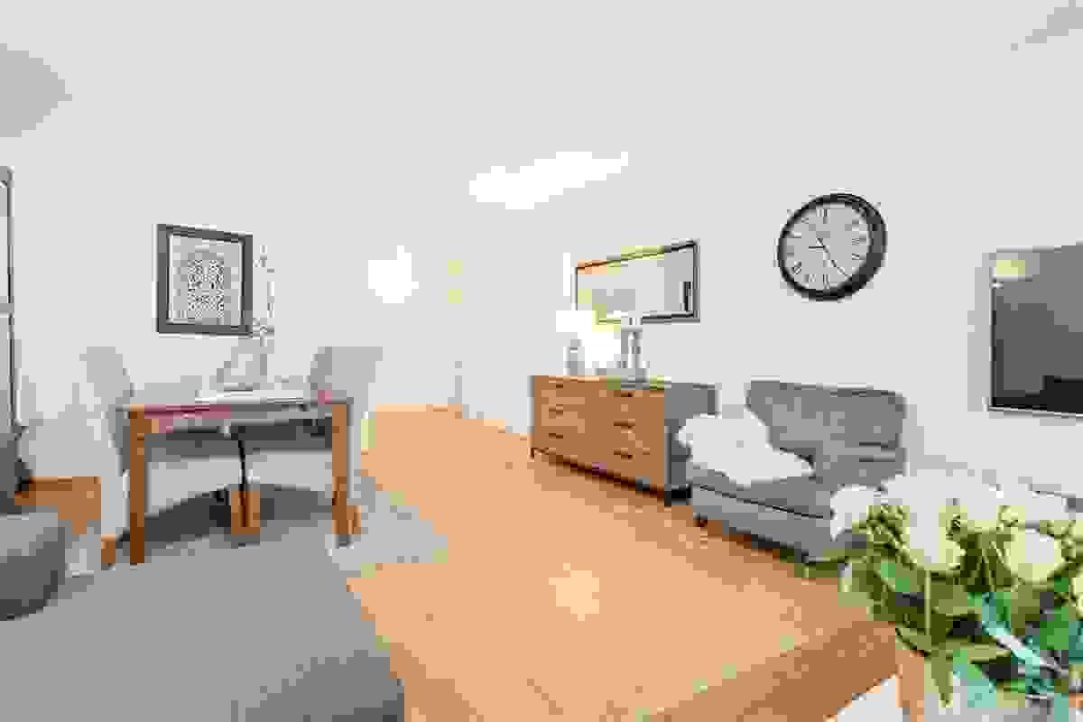 Stuen er møbleringsvennlig med store veggflater og har god plass til både spisebord og salong.