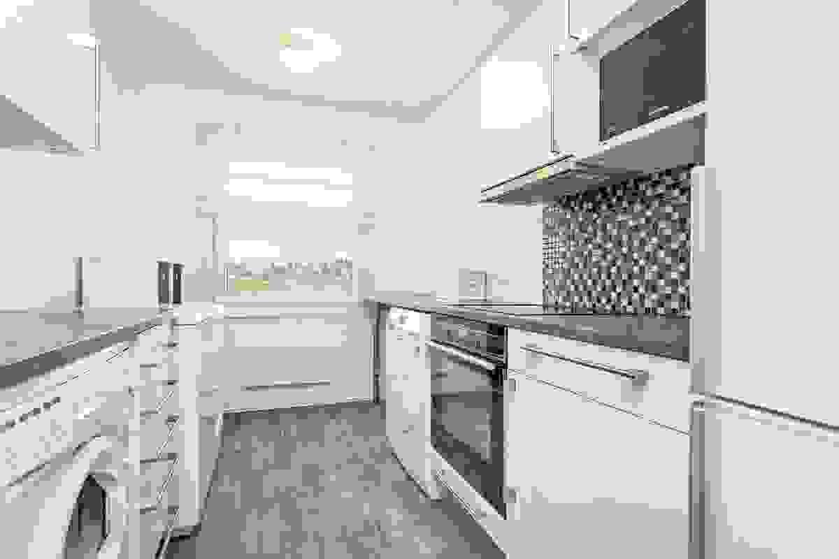 Kjøkkenet er et hyggelig rom hvor det slippes godt med dagslys inn via vinduet mot øst.