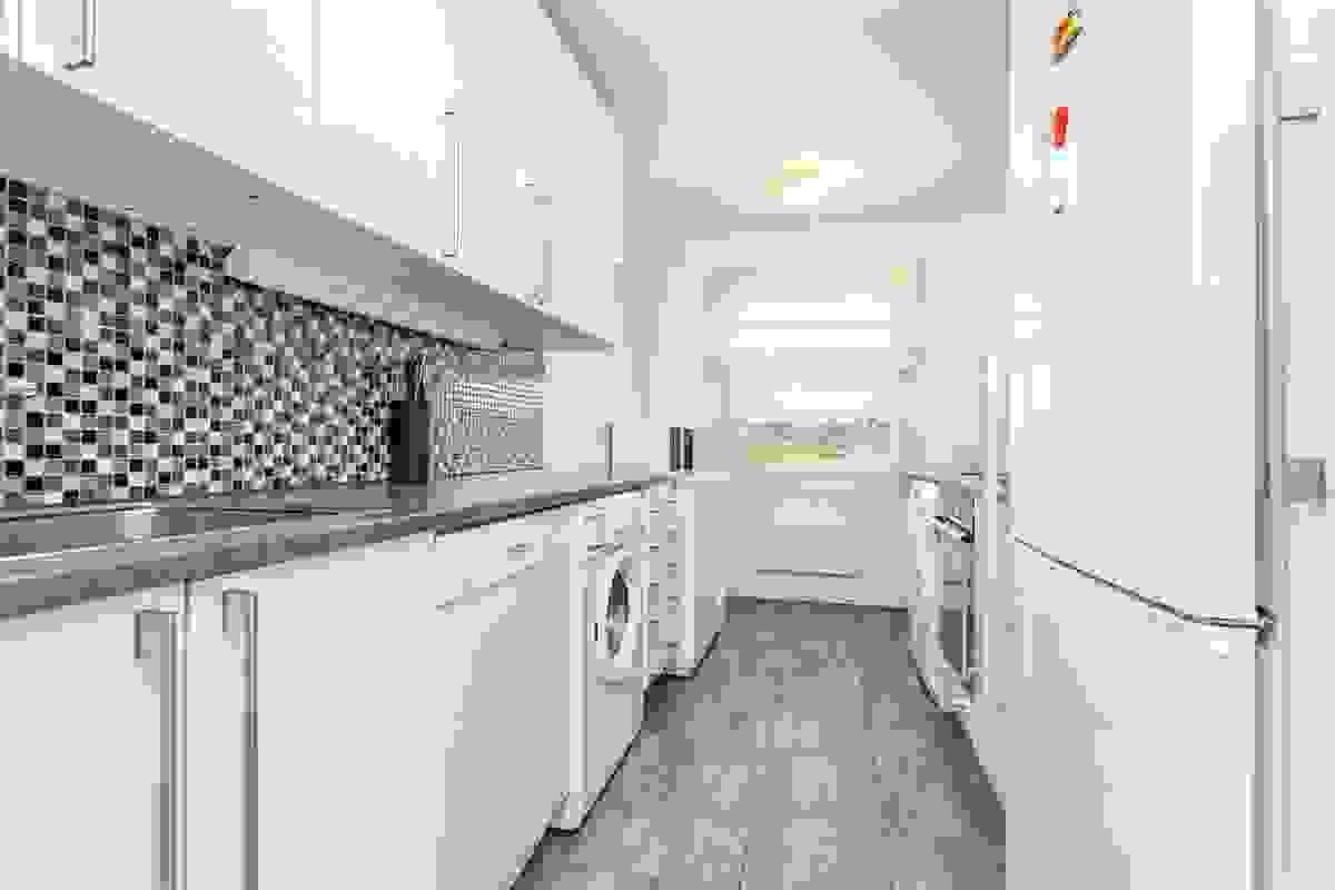 Det er integrerte hvitevarer som induksjonstopp og komfyr. Det er opplegg for både oppvaskmaskin og vaskemaskin.
