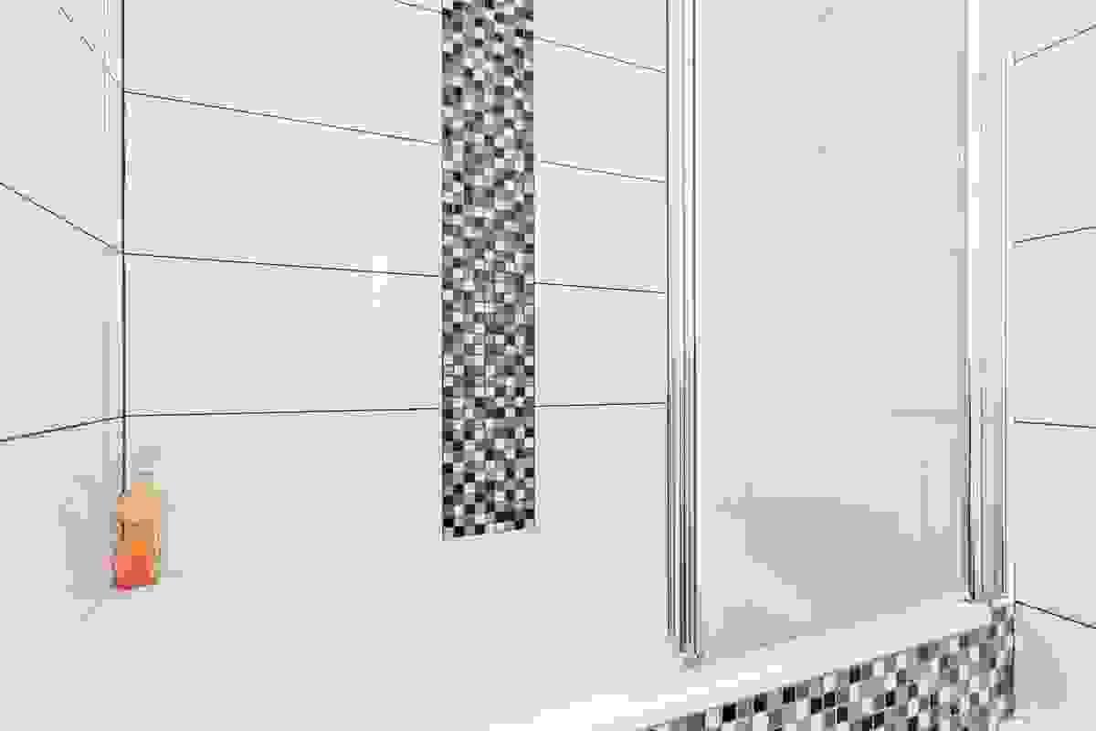 Badet er i dag innredet med fliser på vegger og gulv. Baderomsinnredningen består av servant nedfelt i innredning med 2 skuffer, speil og lysarmatur med stikkontakt. Videre er det sokkeltoalett og innebygget badekar med dusjarmatur på vegg og dusjvegger a