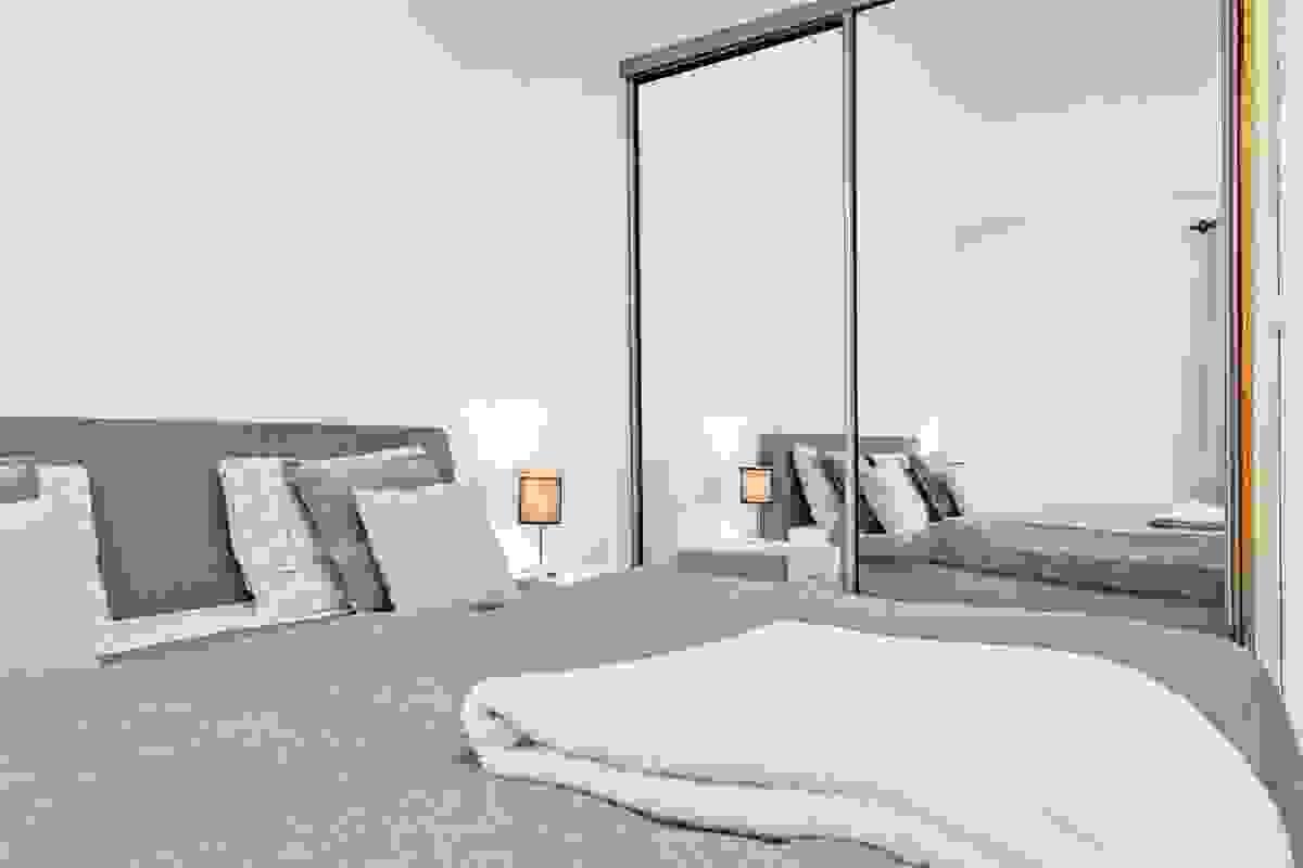 Leiligheten har to soverom, begge med plass til bl.a. dobbeltseng, nattbord og kommode.