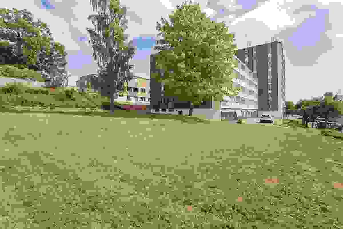"""Eiendommen ligger meget attraktivt og sentralt på Heimdal/Solvang - """"midt i smørøyet"""" i byens kanskje beste boligområde! En ypperlig beliggenhet for deg som ønsker å bo veldig sentralt med gangavstand til Tønsberg sentrum."""
