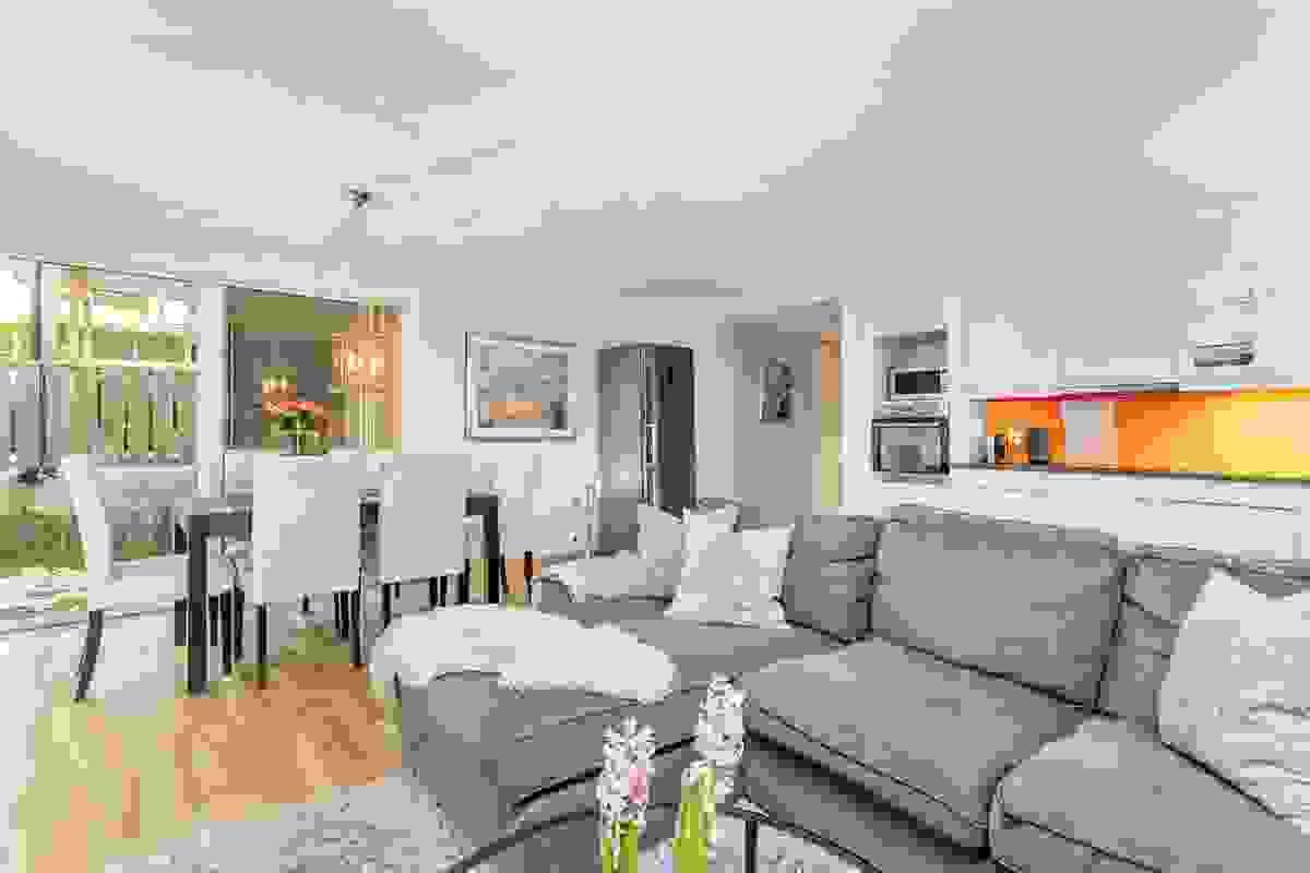 De store vindusflatene slipper rikelig med lys inn i rommet