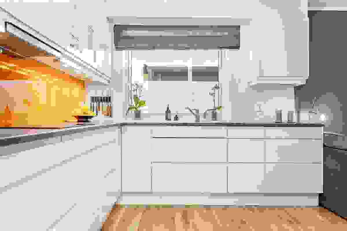 Vindu over kjøkkenbenk gir en hyggelig arbeidsplass ved vasken