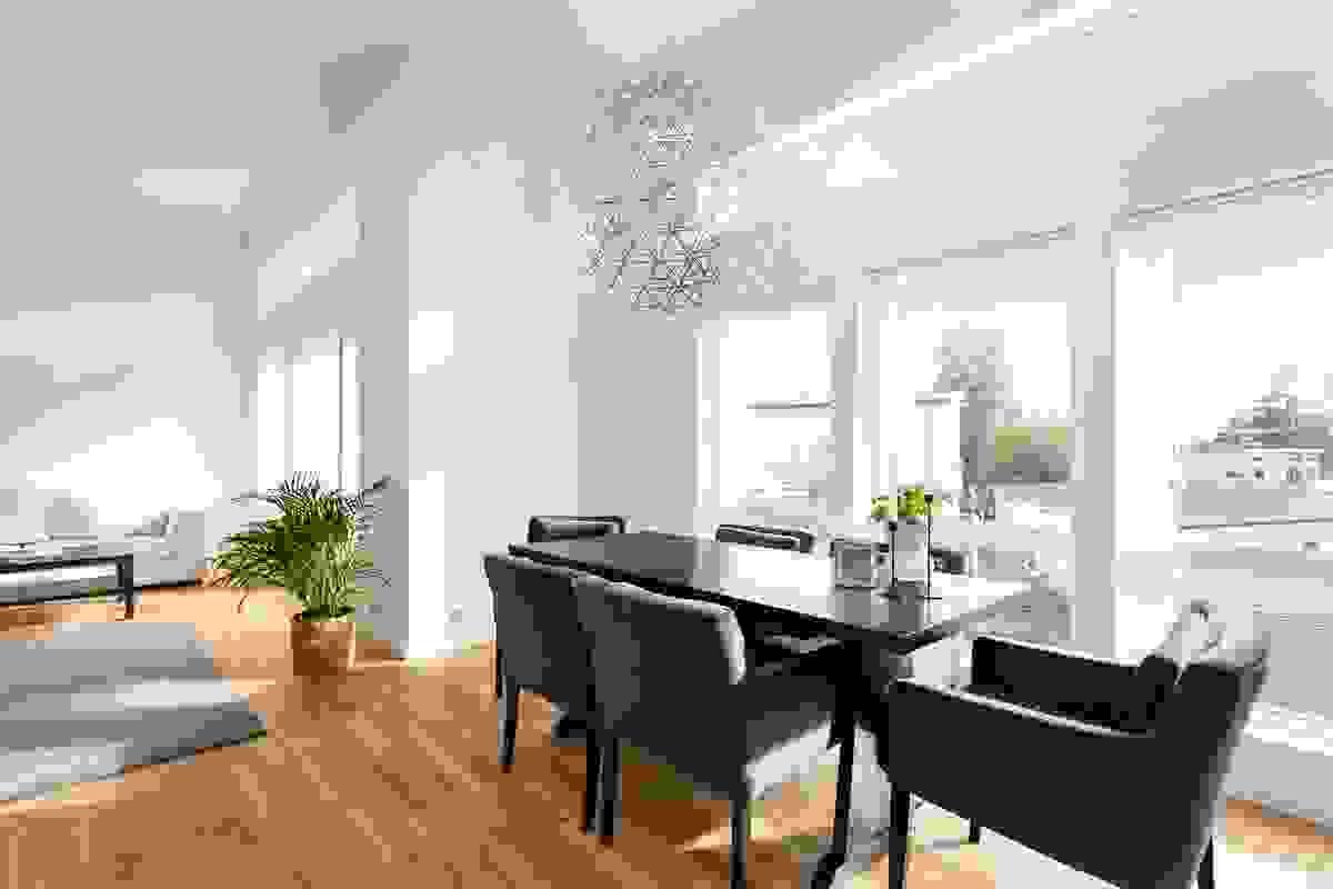 Vinduer fra gulv og nesten helt til taket gir et fantastisk lys til leiligheten