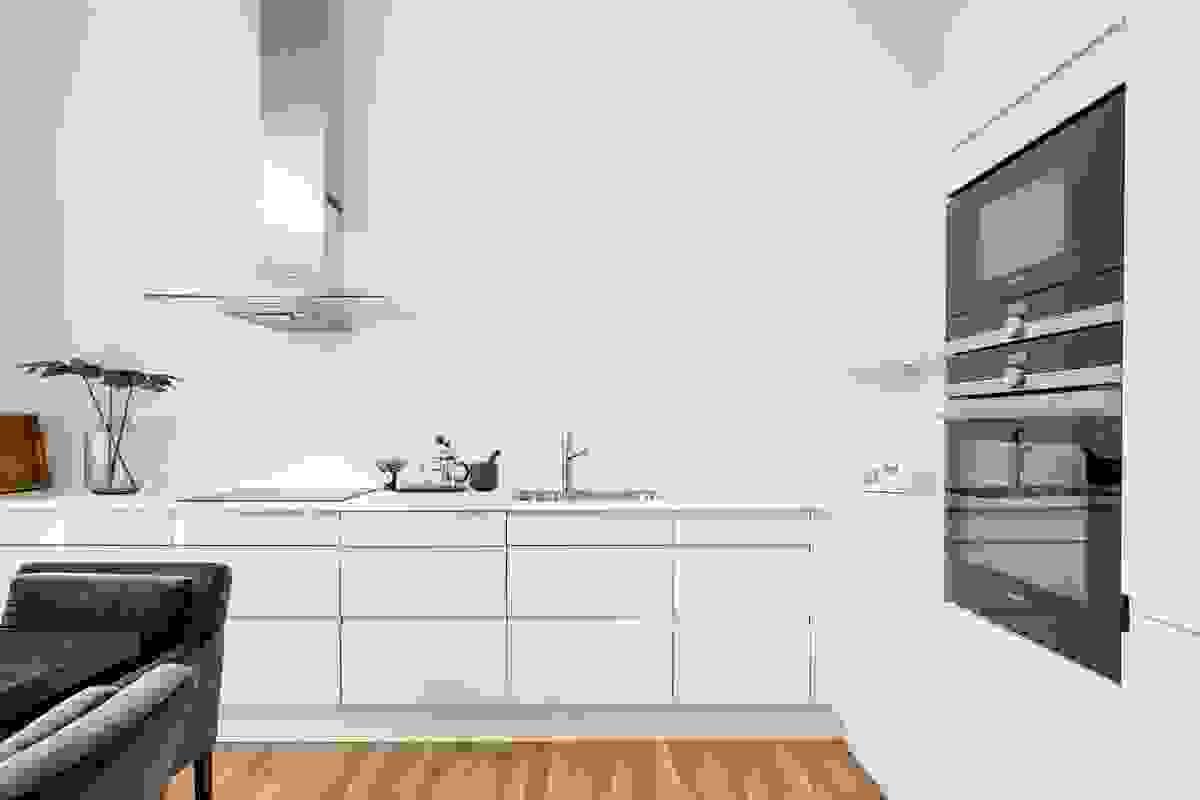 Kjøkkenet er rålekkert i grepfritt, høyglans design levert av HTH
