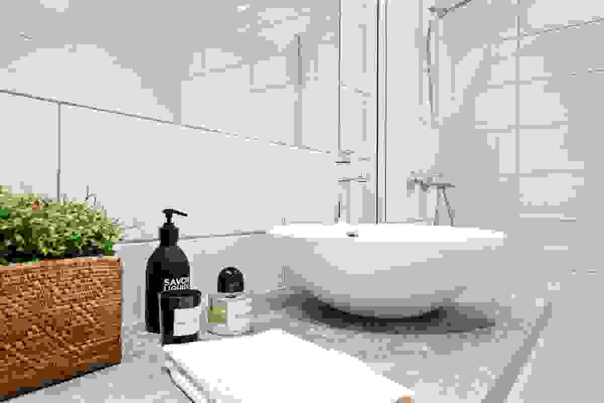 Det praktiske er ivaretatt med dobbel servant og god plass i baderomsinnredning