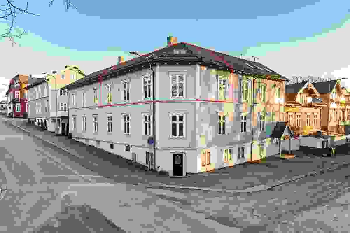 Leiligheten er som vist på bildet, beliggende i 2. og 3.etasje.