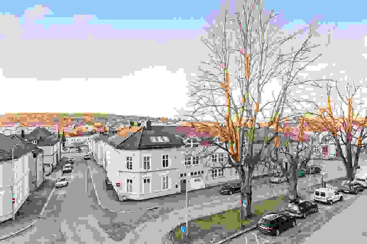 Utsikt over byen fra leilighetens stue og kjøkken (mot vest)