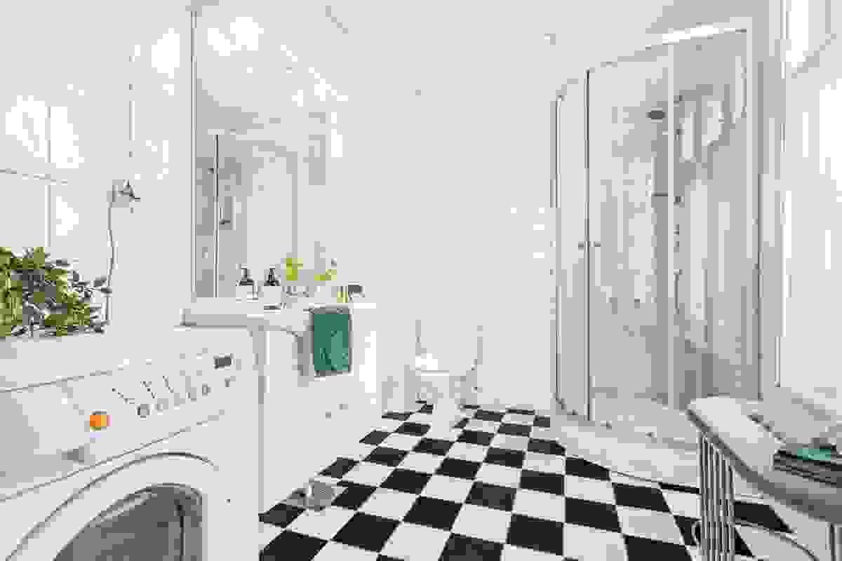 Romslig baderom med varmekabler. Opplegg for vaskemaskin og nytt dusjkabinett