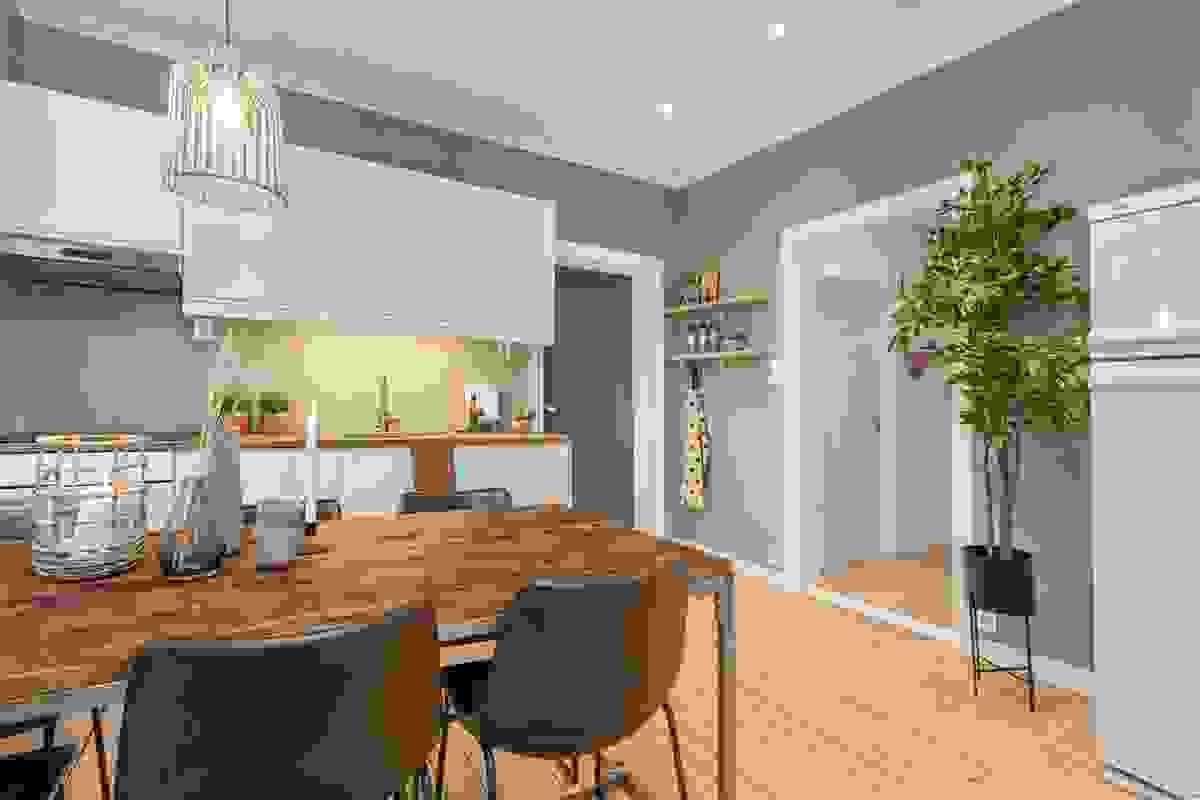 LED belysning i stue og kjøkken (2018). Dør til soverom nr1 ses i bakgrunnen