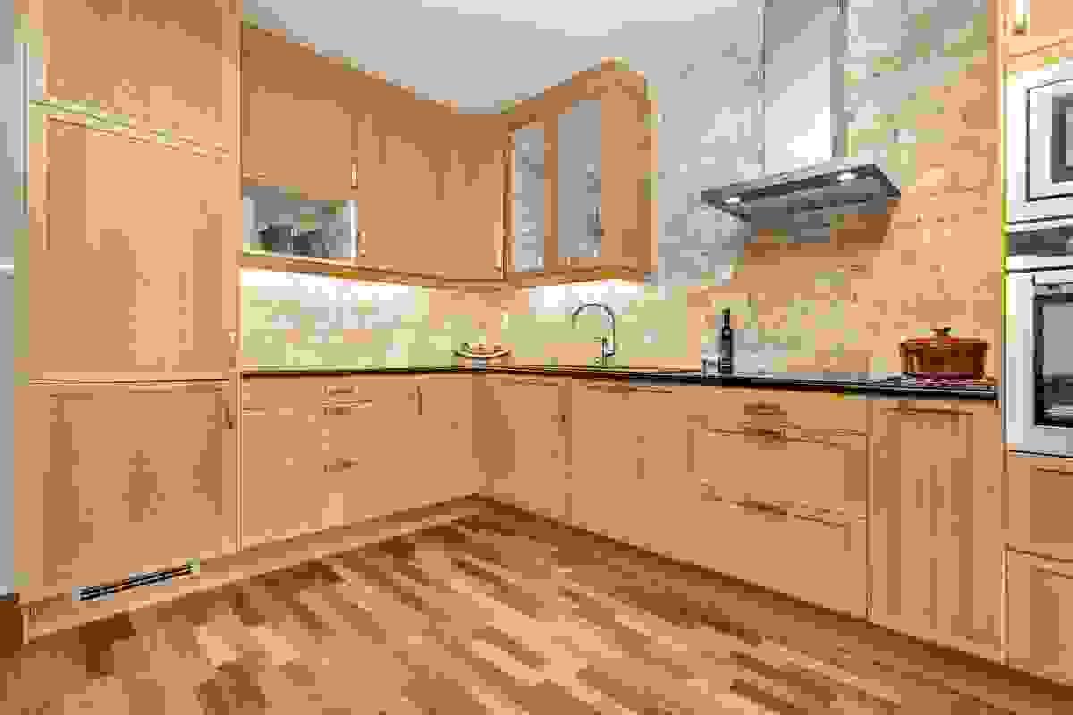 Kjøkkenet har ny vaskekum, induksjonstopp, stekeovn, ventilator hette og flis på vegg i 2018.