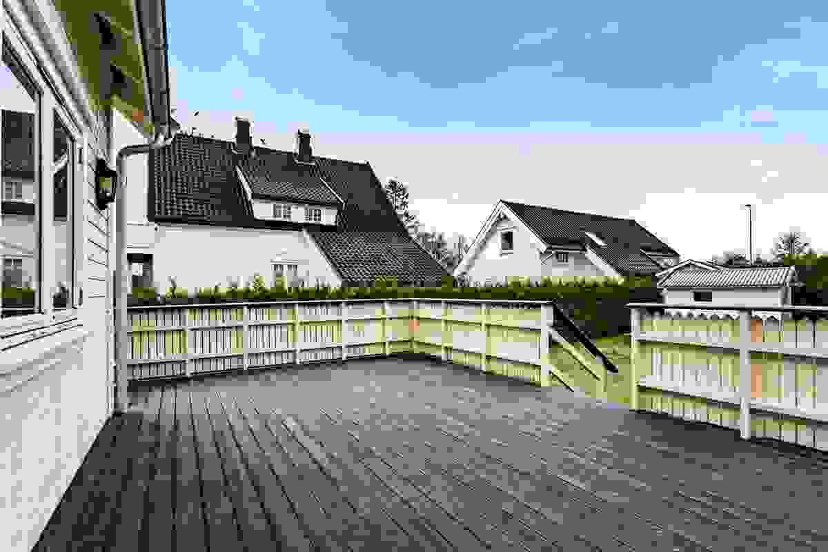 Terrassen er godt vedlikeholdt og selger har beiset terrassen hvert år. Sist i 2018