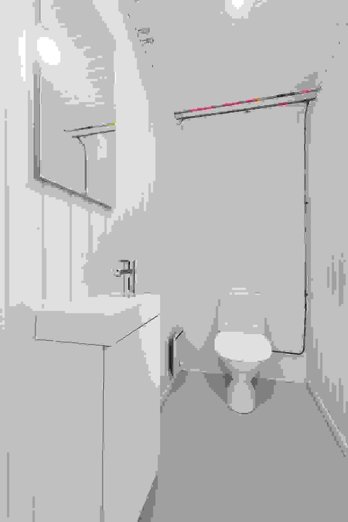 Nytt toalett i kjelleren med nytt servantmøbel.