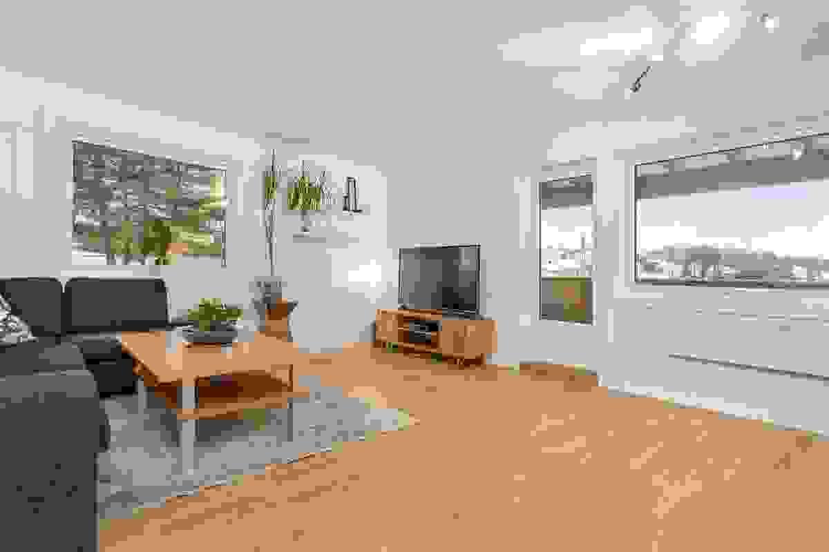 Stuen er av god størrelse og har plass til både sofakrok og en spisestue
