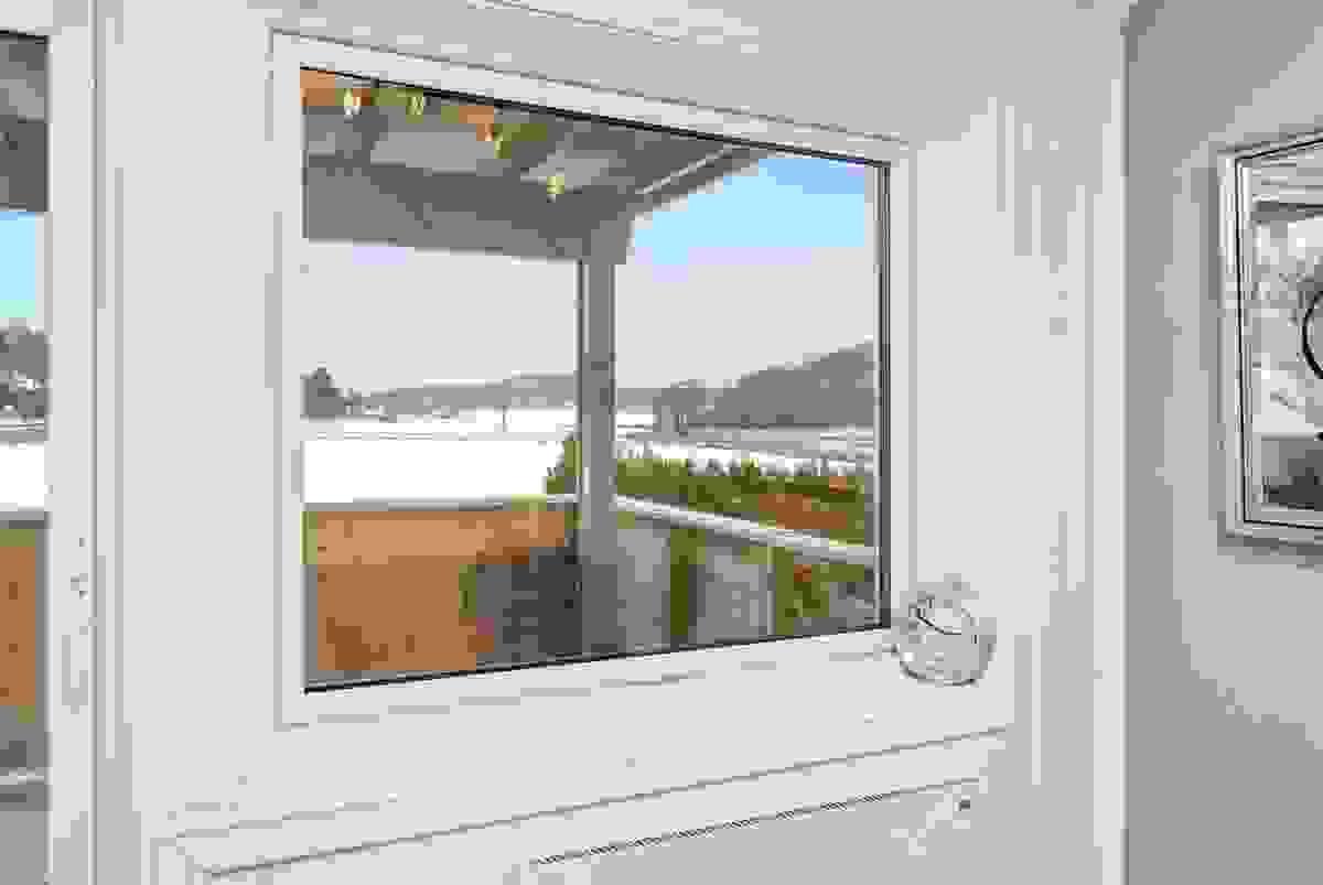 Fra stuen har man utsikt over jordene - her bor man fritt og fint!