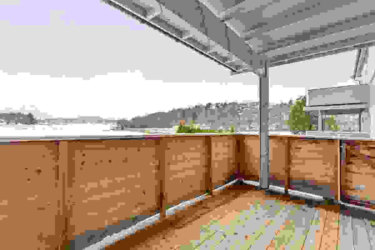 Terrassen som er på hele 11 kvm er overbygget - et deilig sted å sitte i all slags vær