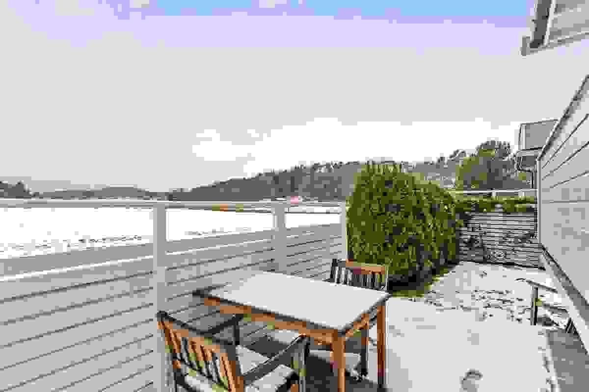 På plattingen og hageflekken sitter en meget usjenert med hekk og gjerde rundt