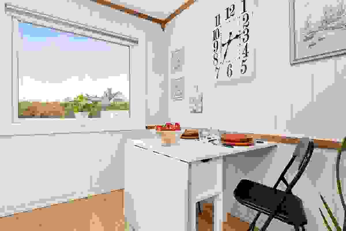 Koselig spiseplass ved kjøkkenvinduet