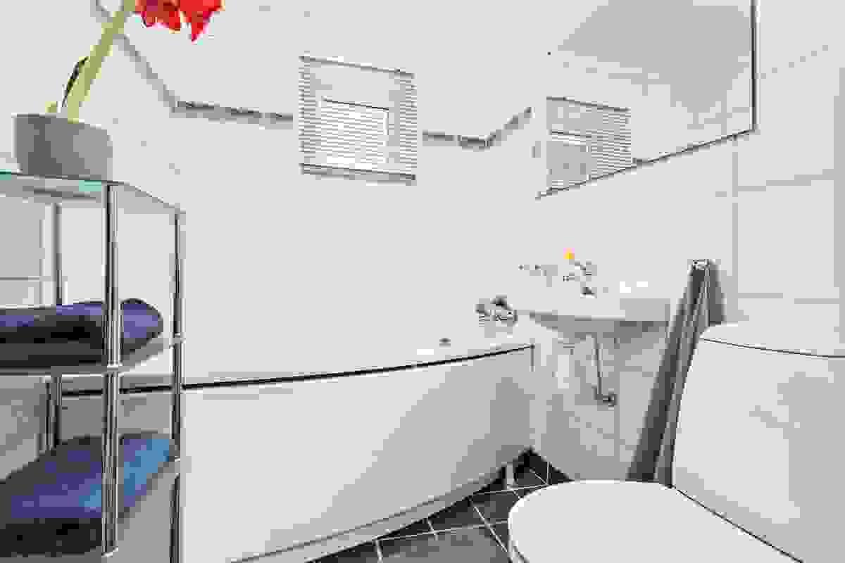 Pent bad pusset opp i 2005 med fliser på gulv og vegger