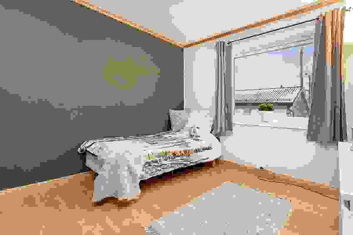 Det er 3 soverom i boligen - her hovedsoverommet