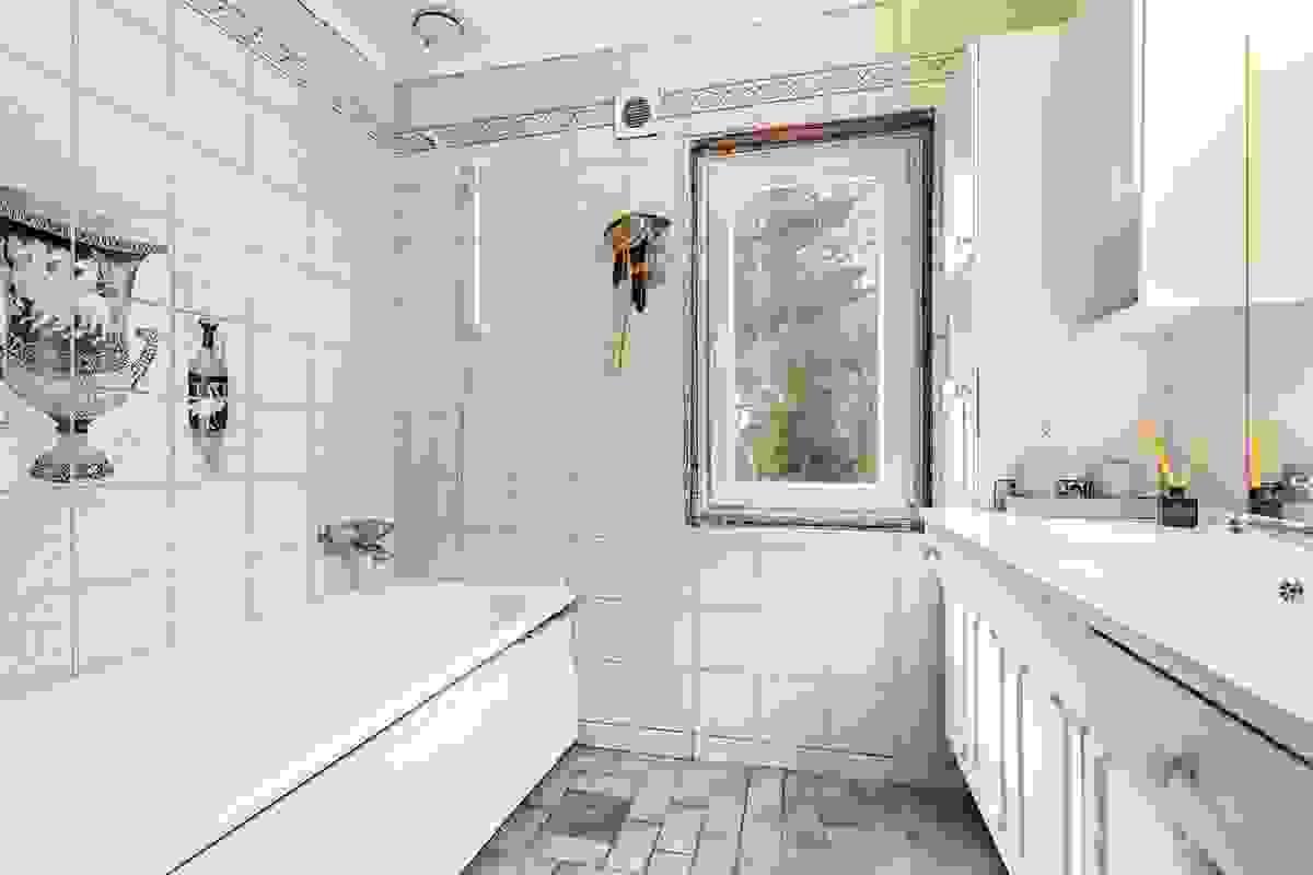 Flislagt baderom med nytt vindu. Vannbåren varme i gulv (via sentralfyr)