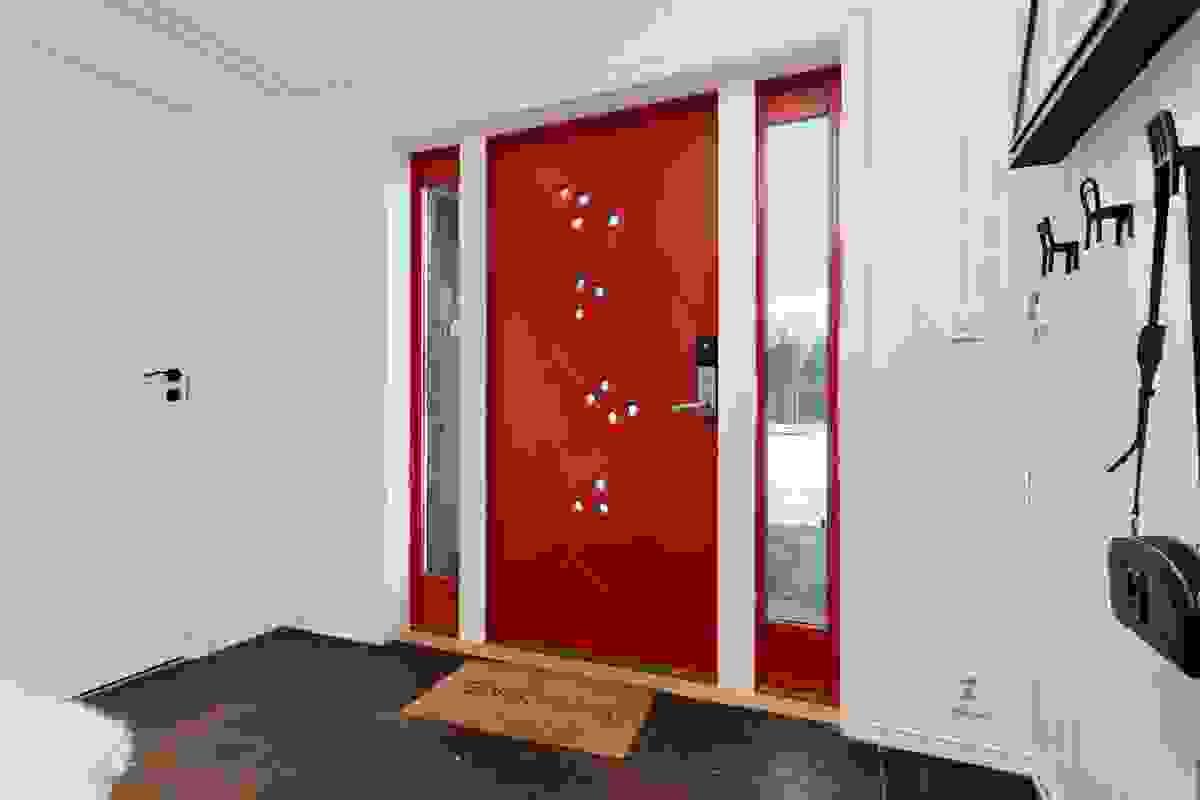 Velkommen inn! Romslig entré med direkte adkomst til garderoberom
