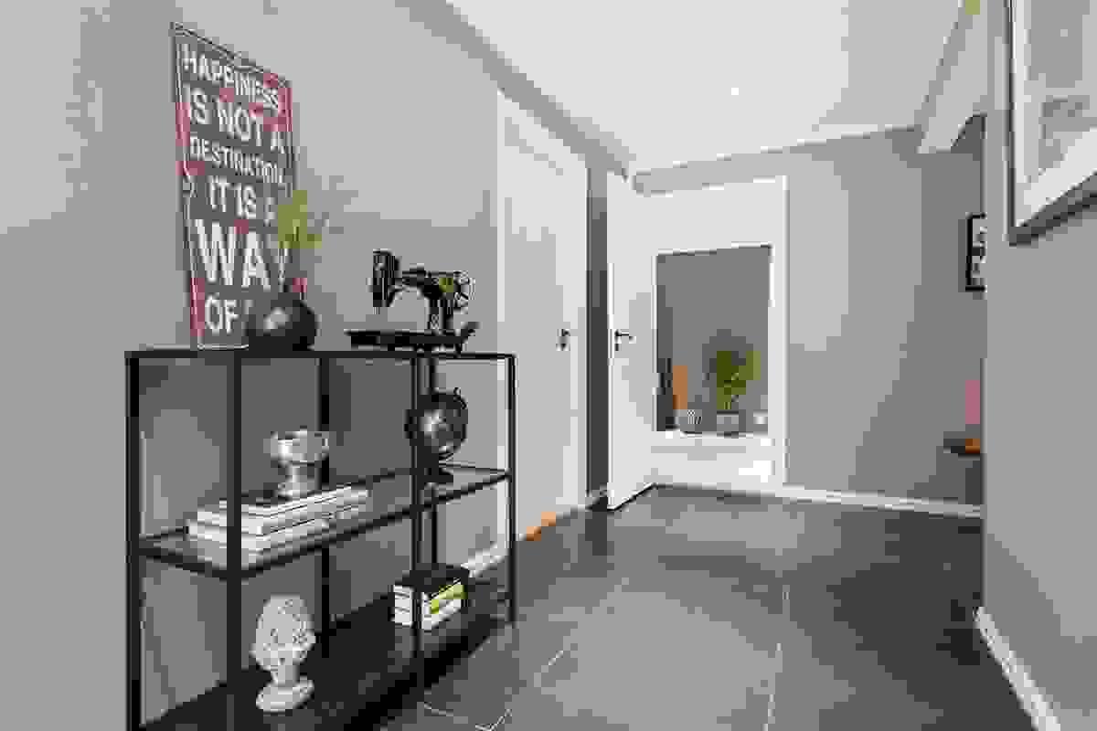 Gangen/hallen fører til de fleste rommene i boligen. Vannbåren varme!