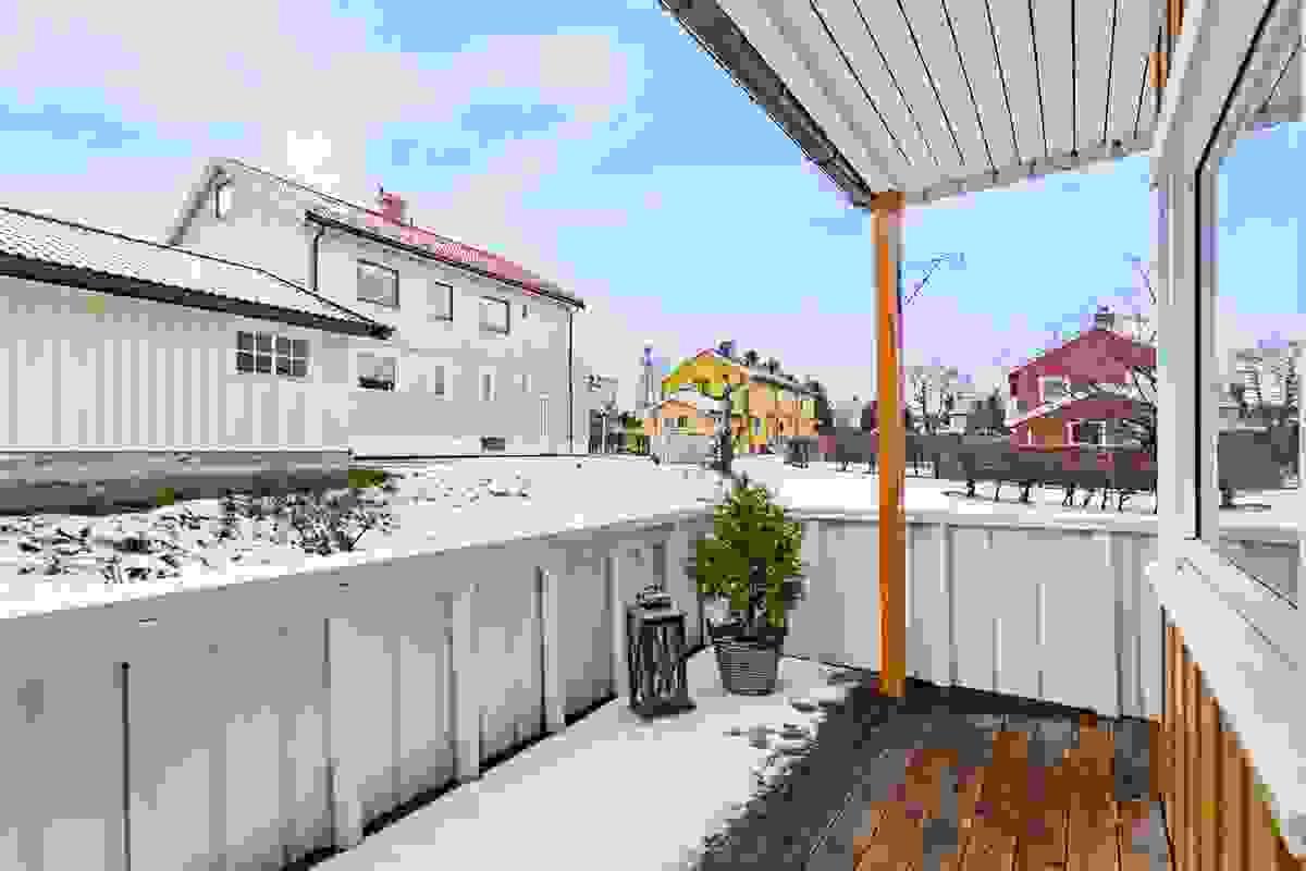 Vestvendt og delvis overbygget veranda.