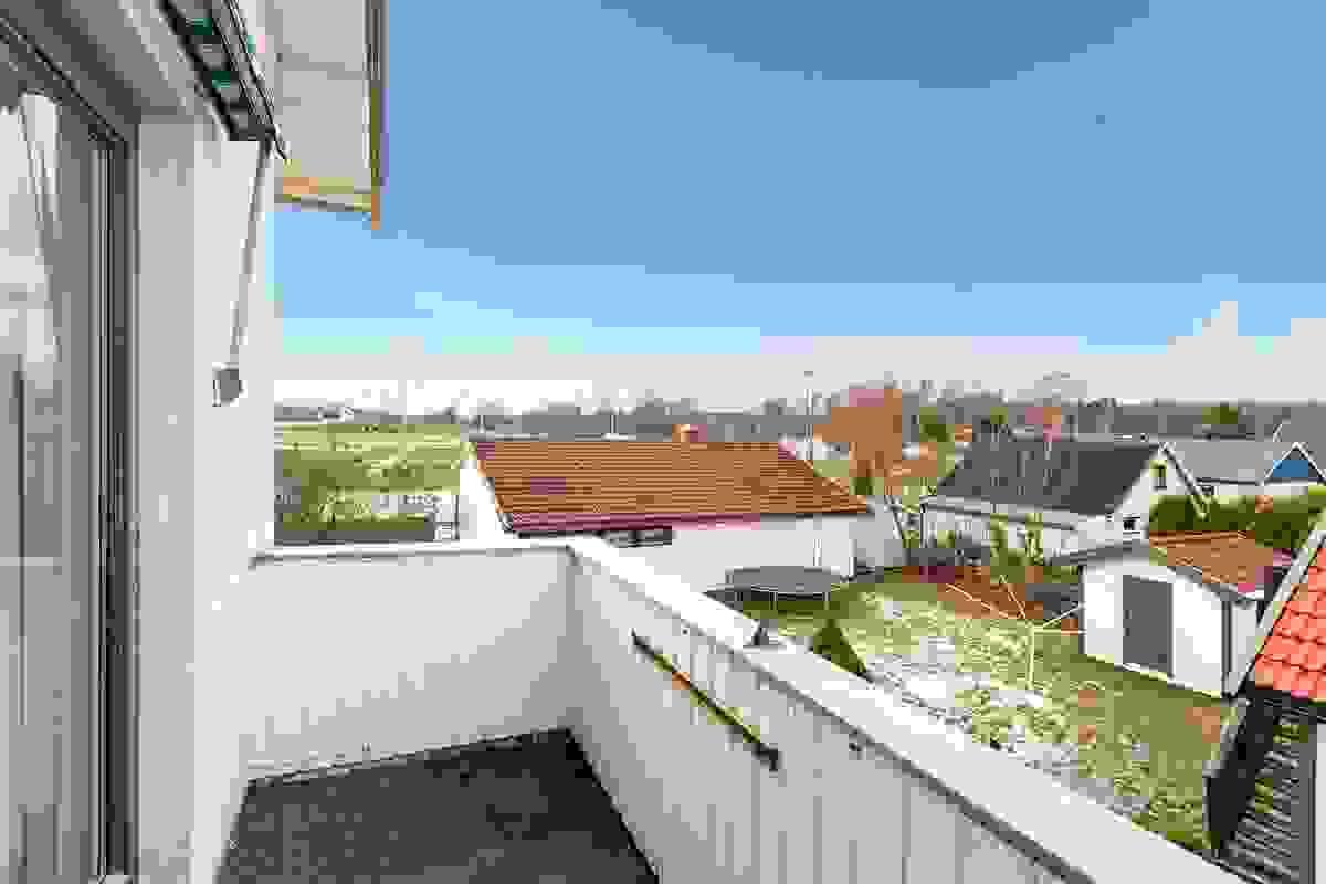 Med adkomst fra stue-/spisestue har leiligheten en svært solrik og koselig balkong mot vest.