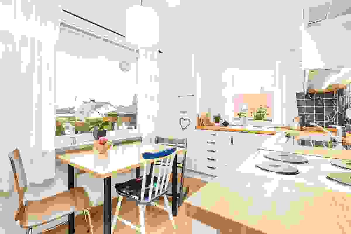 Meget lyst rom med vindu både mot vest og nord, og det er plass til en koselig spiseplass under det vestvendte vinduet hvor kveldssolen slipper fint til
