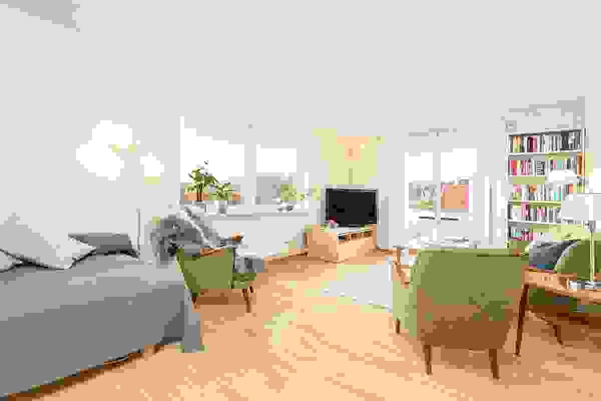 Dette lyse rommet ligger ved byggets hjørne mot syd og vest, og dermed slippes det inn godt med daglys fra vindusflatene