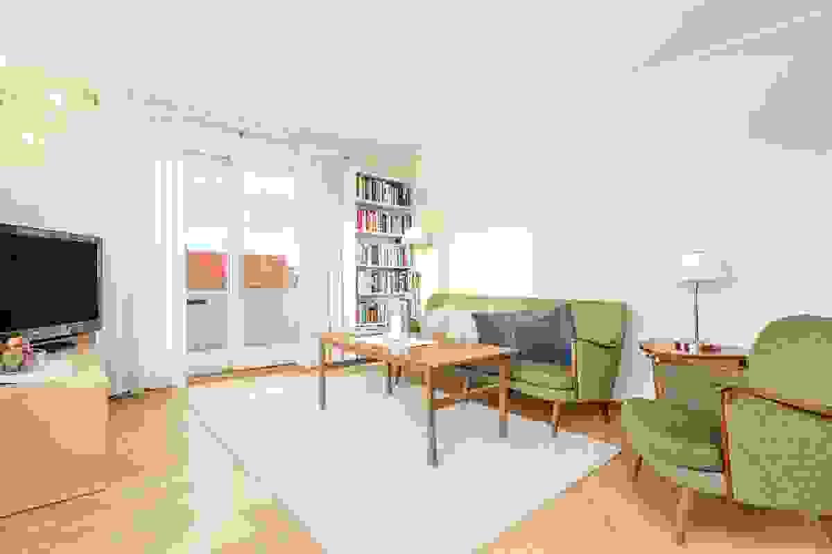 Rommets utforming gir gode møbleringsmuligheter med plass til både spisestue og til sofagruppe samtidig som det er rikelig med veggplass å møblere mot