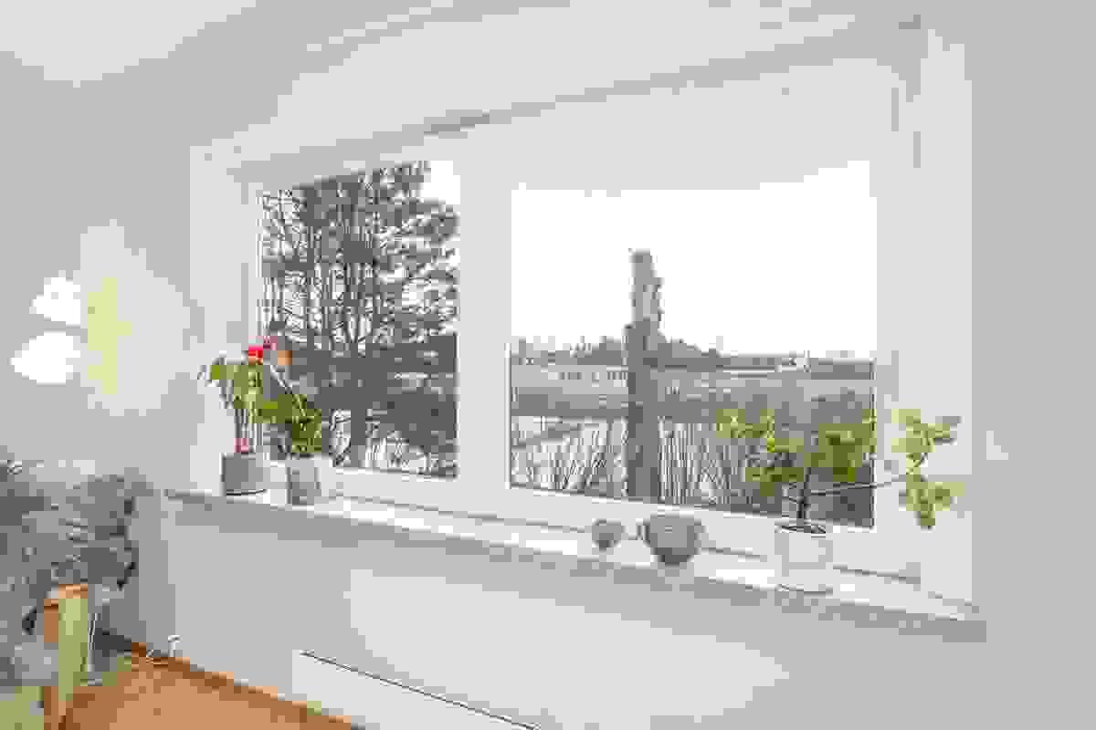 Høytliggende og fint utsyn fra de sydvendte vinduene i stuen
