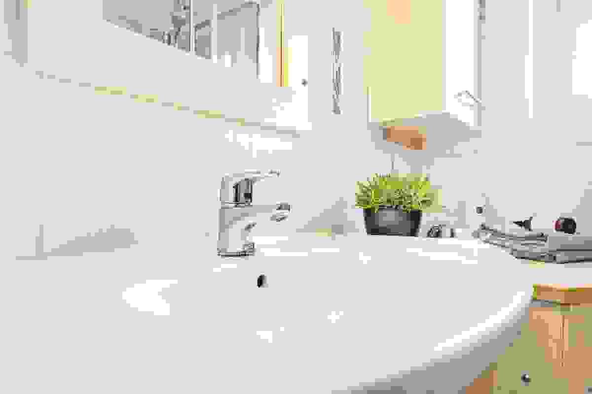Baderommet fra 2008 med dusjkabinett, toalett og baderomsinnredning