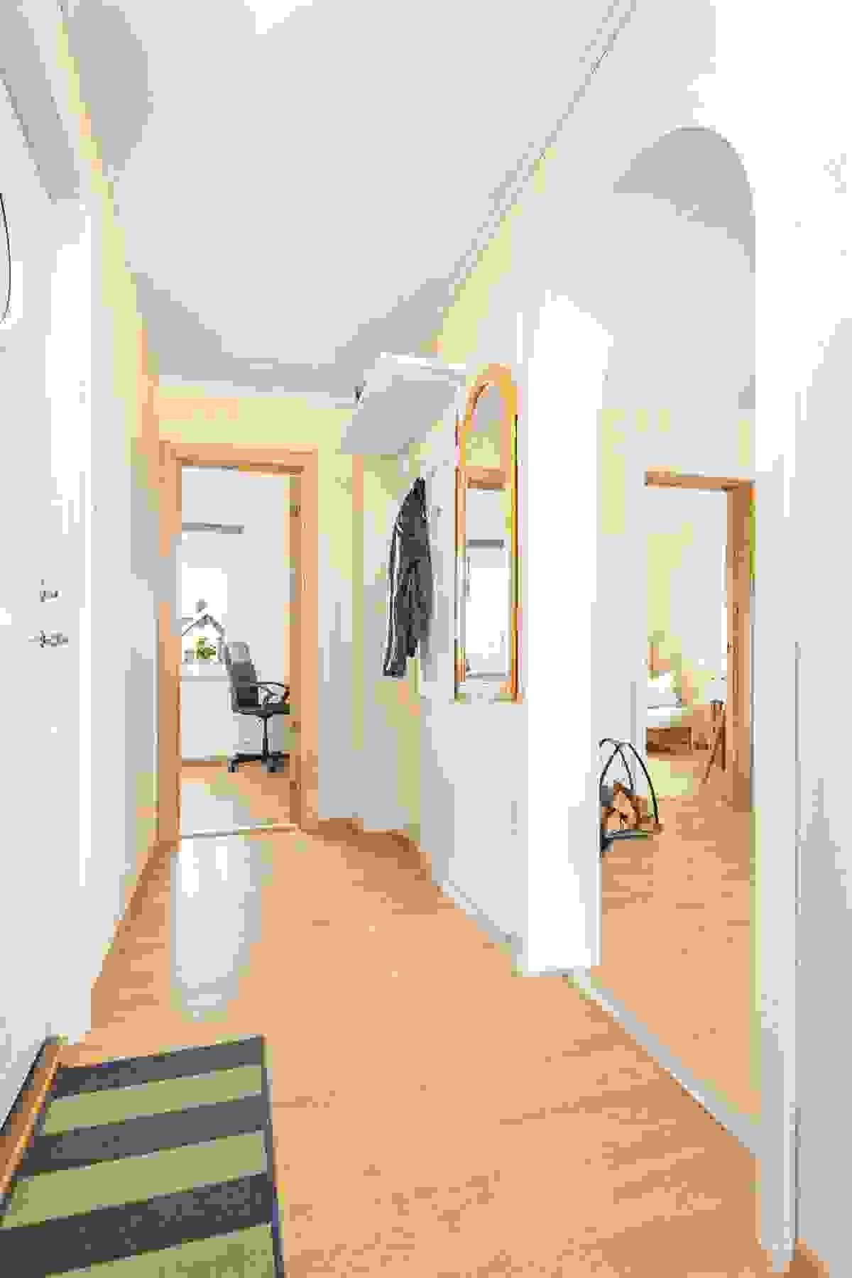 Fra entre/gang er det inngang til både baderom, kjøkken, stue-/spisestue og til et av soverommene