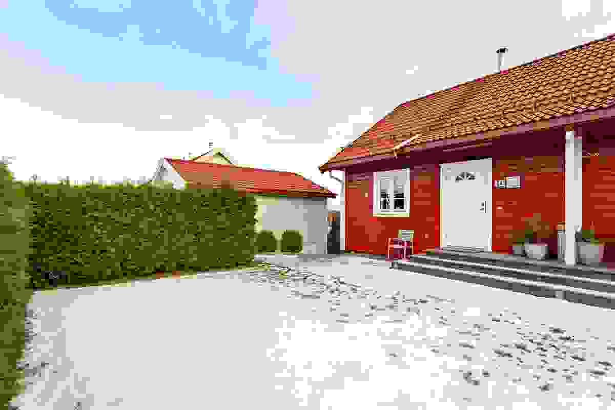 Her bor man kun ca. 3 km fra Tønsberg by, og eiendommen ligger nært på en rekke servicefasiliteter, skoler, barnehager osv