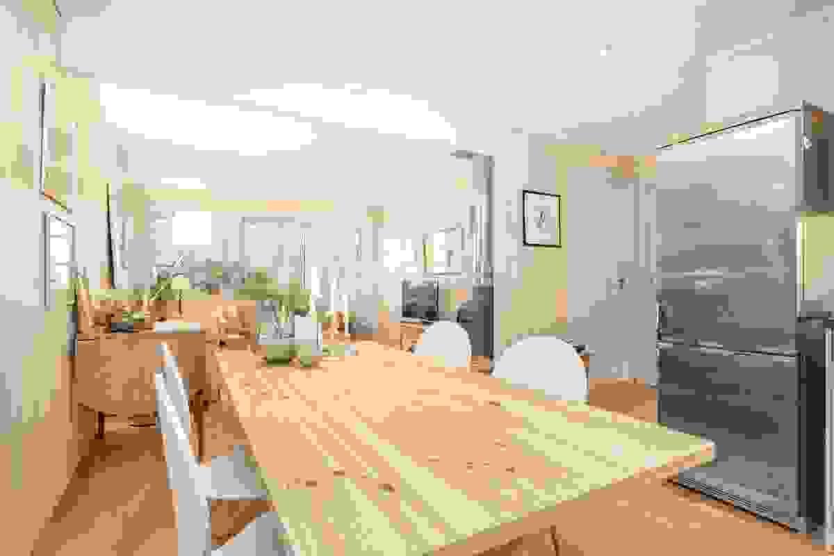 Ut for kjøkkenet er det hyggelig spiseplass mellom åpen kjøkken/stue løsning hvor det er plass til stort langbord og oppdekning til større venne-/familieselskap.