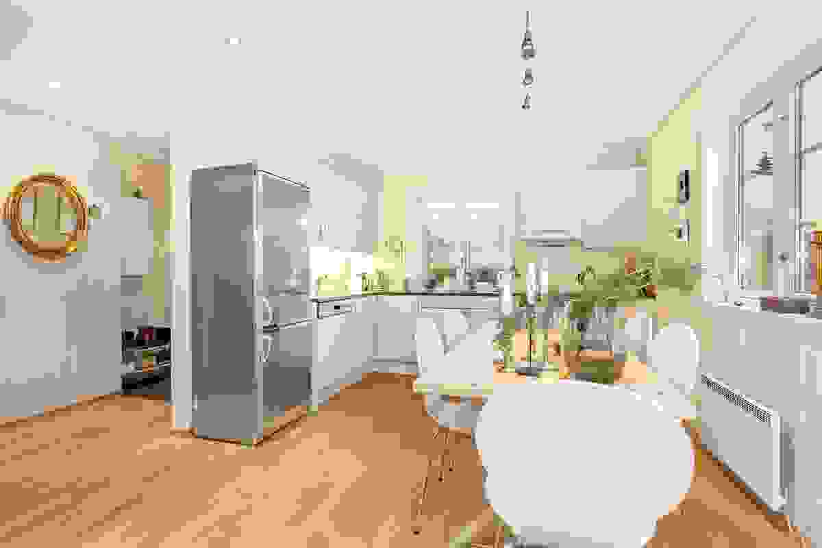 Bruk av tidsriktige og lyse farger gjør leiligheten lun, innbydende og ikke minst svært åpen med god romfølelse