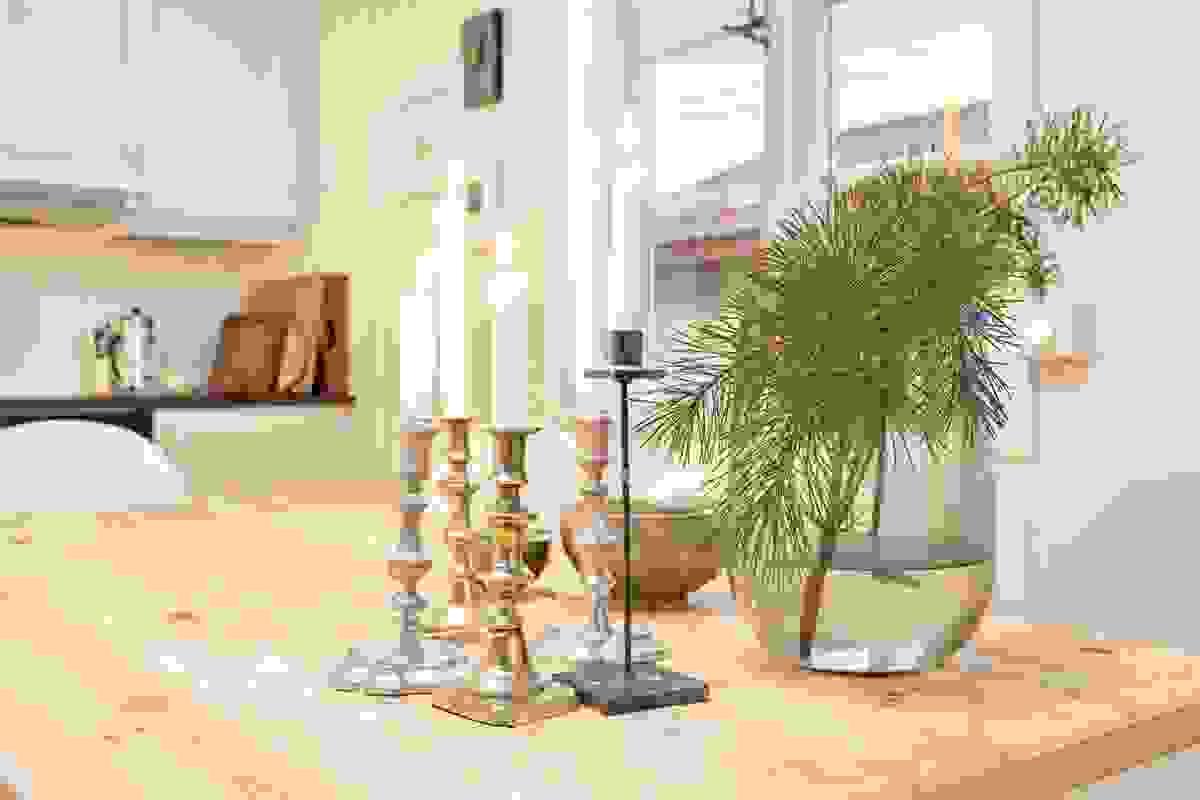 Delikat, lys og innbydende leilighet med gjennomgående materialbruk i de ulike rom som gir et flott helhetsinntrykk.