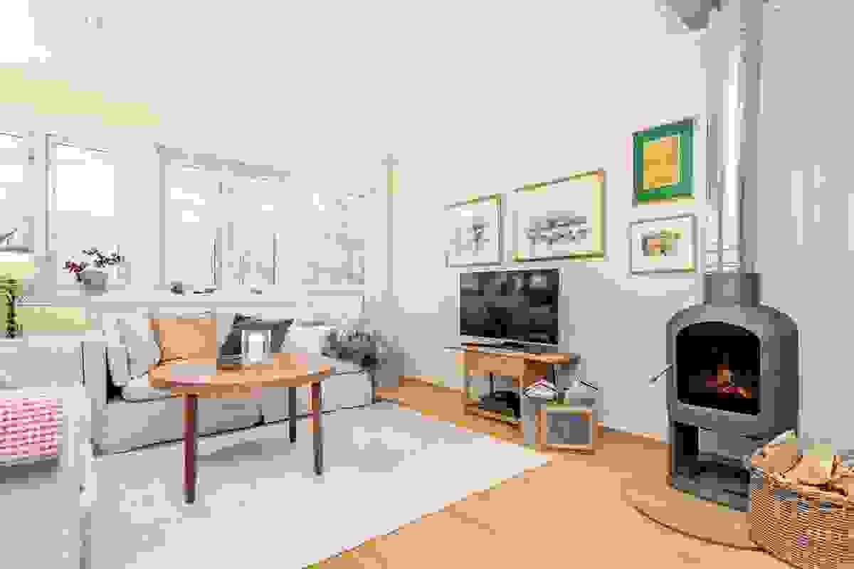 Vindushøyder og veggenes plassering er utformet slik at man har god plass til sofa på to sider av rommet