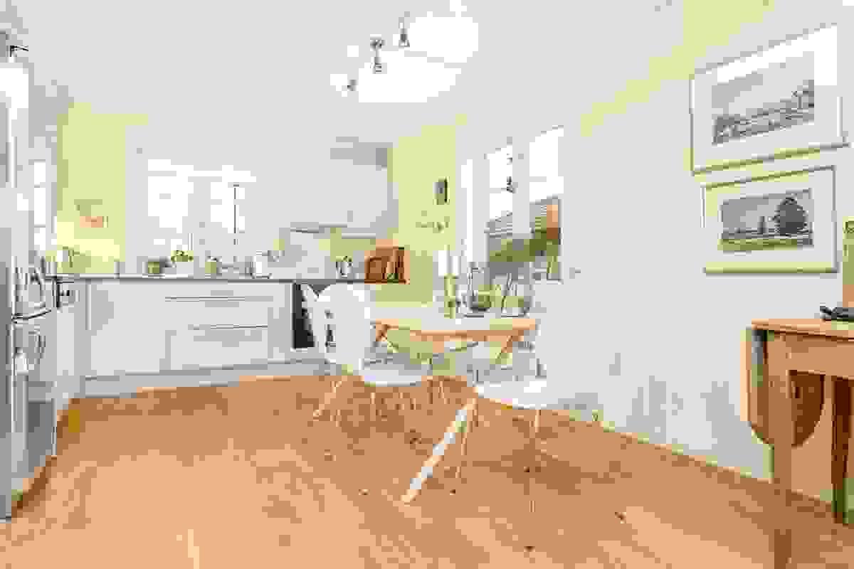 Boligens flotte kjøkken med åpen løsning og stor spiseplass
