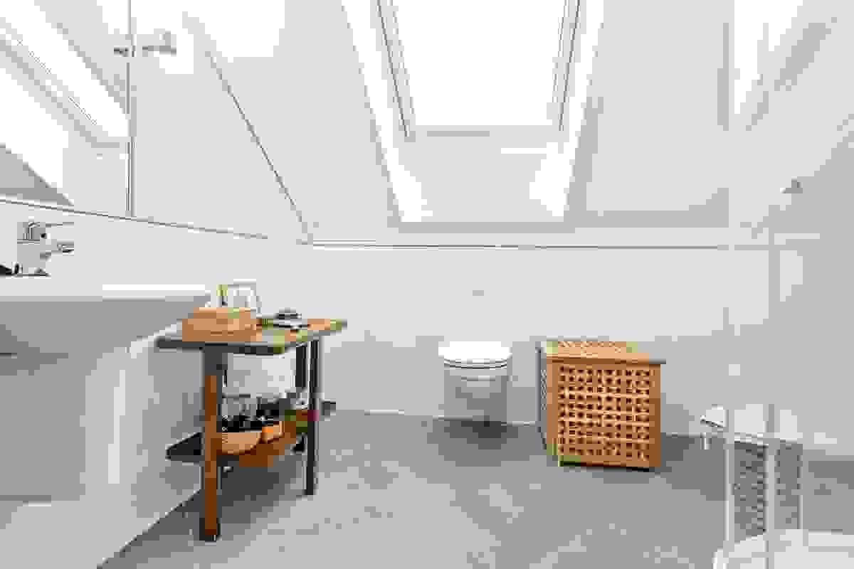 Badet i 2. etasje er et lyst, delikat og pent innredet rom med gode og funksjonelle løsninger