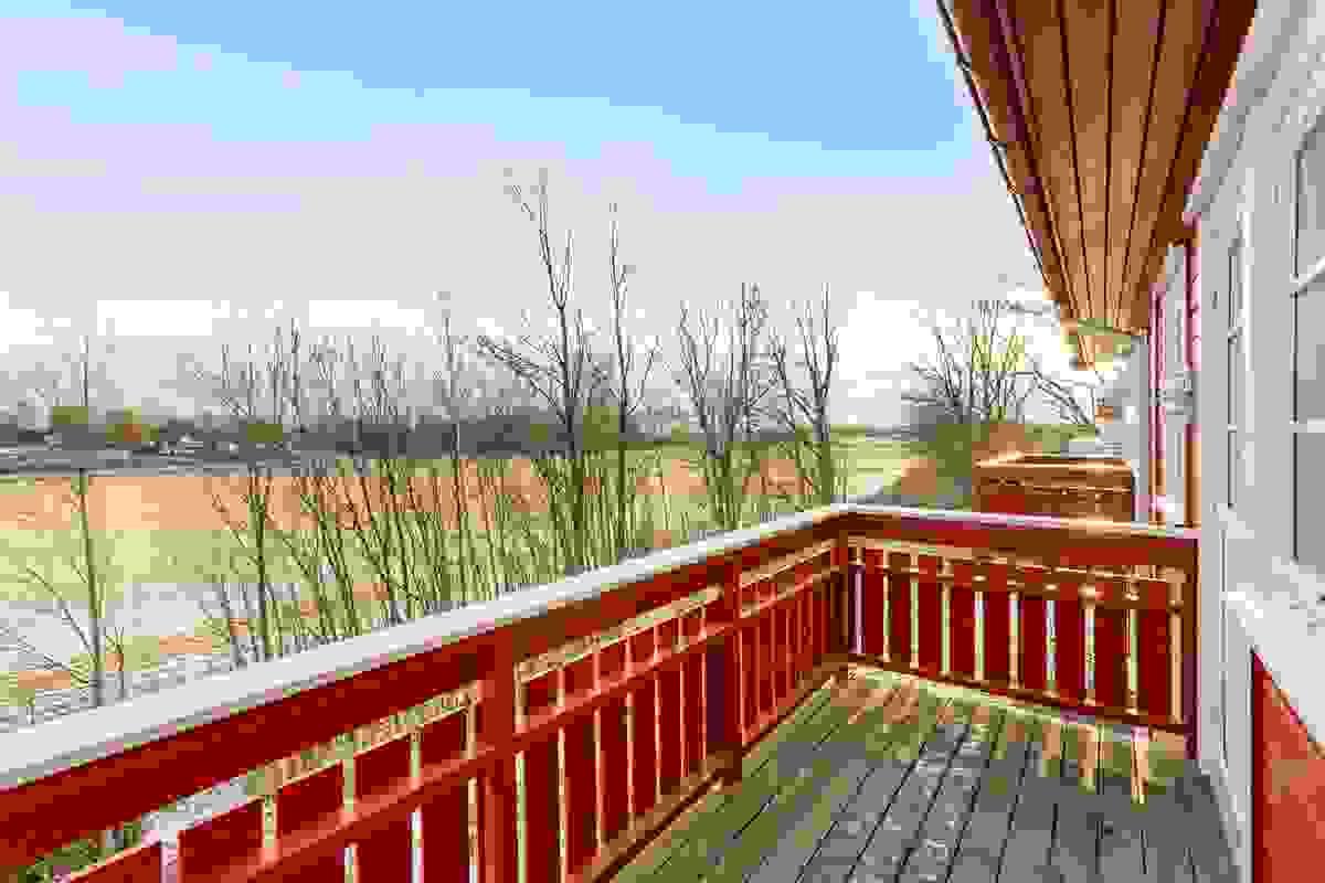 Fra den østvendte balkongen ut for stuen, kan man nyte morgen-/formiddagssol, landlig utsikt og noe sjøglimt i horisonten