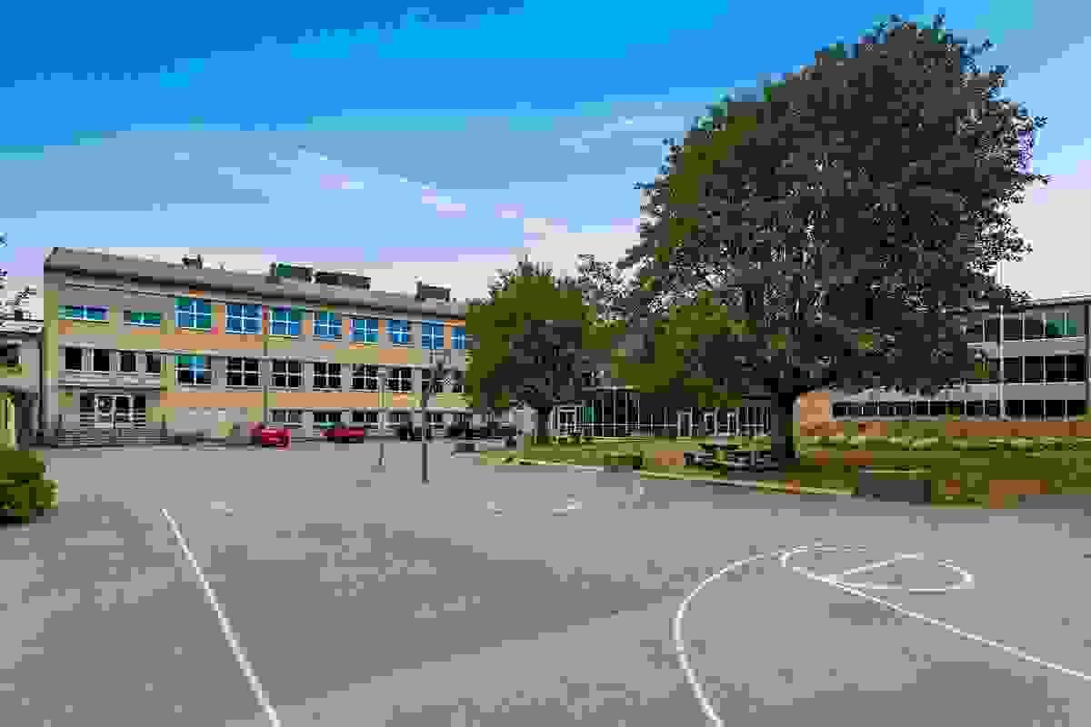 Nærområde; Kort gangavstand til blant annet Herstad barneskole