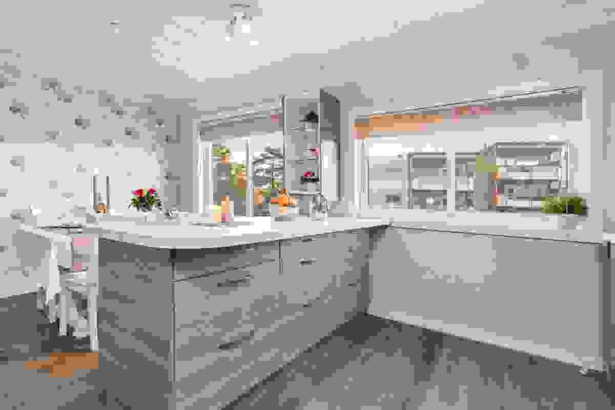 Mye skap og benkplass i kjøkkenøyen