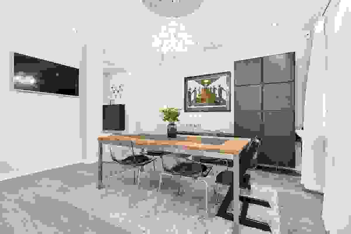 Dette innholdsrike rommet har fleksible møbleringsmuligheter, men fungerer kanskje aller best som en stor spisestue med plass til langbord